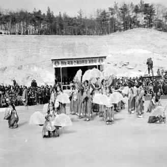 1971년 2월 20일 서울 태릉 국제스케이트장이 개장되었다. 1970년 6월 착공한 태릉 국제스케이트장은 당시 2억원의 공사비를 들여서 15,000평의 대지에 폭 15m의 400m 트랙을 설치하였다.  원문이미지