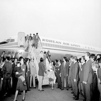 소련에 강제착륙 당했던 대한항공(KAL) 보잉 707기 승객 47명이 1978년 4월 24일 귀환하였다. 4월 20일 북극항로 비행 중 항로를 이탈, 소련 영공을 침범한 KAL기는 전투기의 포격을 받고 소련 영내에 착륙했었다. 원문이미지