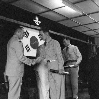 1956년 8월 18일 5개월에 걸쳐 국방계획 및 연합작전에 관한 학술연구를 마친 국방대학 제1기생의 졸업식이 열렸다. 원문이미지