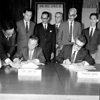 1969년 10월 22일 경남 김해 김남지구간척사업 지원을 위한 유엔세계식량계획기구와의 양곡원조협정이 체결되었다. 이 협정으로 1970년부터 밀가루 3,258톤을 지원받았다. 원문이미지