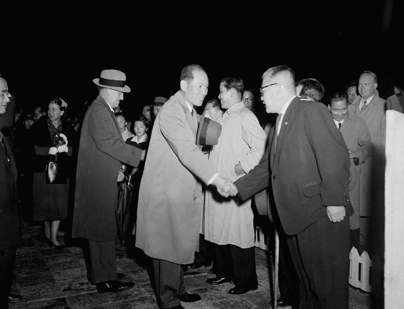 William E. Warne원 유엔경제조정관및송인상부흥부장관방미환송인사와악수