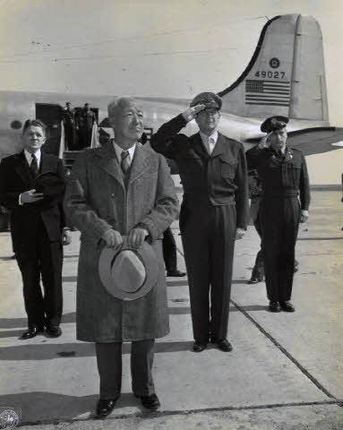 일본 하네다 공군기지에 도착한 이승만 대통령