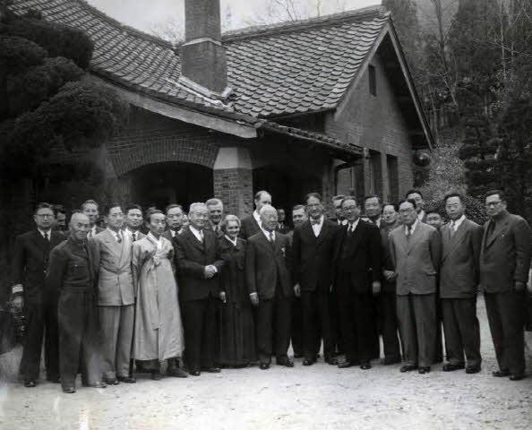 참석자들과 함께 기념촬영
