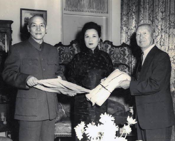 대만 방문 시 장개석 총통 송미령 여사와 기념촬영