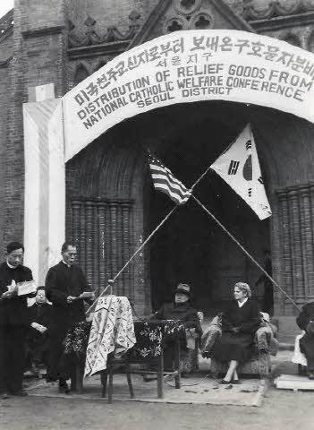 구호물자 분배 기념식 사진