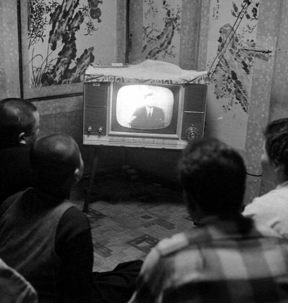 TV시청하는 중산층 가정